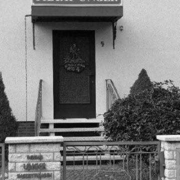Haustür mit Firmenschild Pietät Unger bis 1996, Foto: Pietät Unger